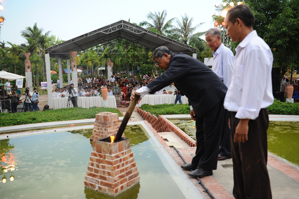 The artisans light the fire in Thanh Ha Terracotta Park. Photo: Minh Hai