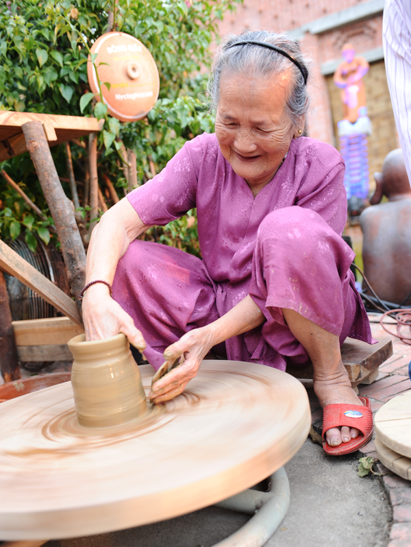 Artisan Nguyen Thi Duoc and the first product in Thanh Ha Terracotta Park. Photo: Minh Hai