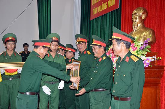 Chỉ huy trưởng Bộ Chỉ huy Quân sự tỉnh trao thưởng cho các tập thể, cá nhân hoàn thành tốt nhiệm vụ năm 2014.