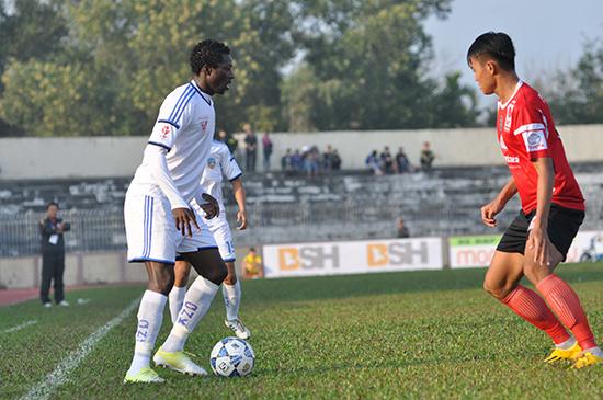 Patiyo (bên trái) tỏa sáng với cú đúp bàn thắng nhưng QNK Quảng Nam vẫn không thể giành chiến thắng