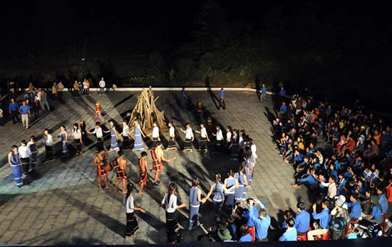 Học sinh Trường Phổ thông dân tộc nội trú Nước Oa biểu diễn cồng chiêng tại Liên hoan cồng chiêng lần thứ 2 do nhà trường tổ chức.  Ảnh: A.ĐÔNG