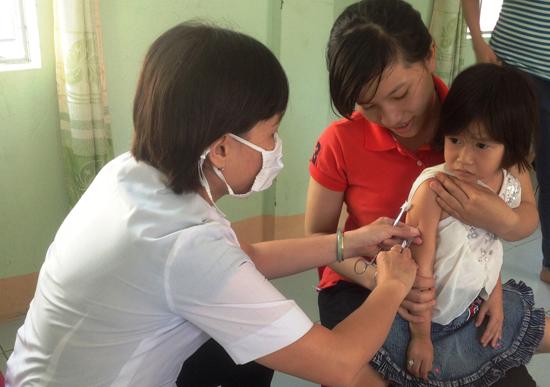 Đẩy mạnh tuyên truyền, nâng cao hiệu quả tiêm chủng giúp đẩy lùi dịch bệnh, bảo vệ sức khỏe cho bà mẹ và trẻ em. Ảnh: T.H