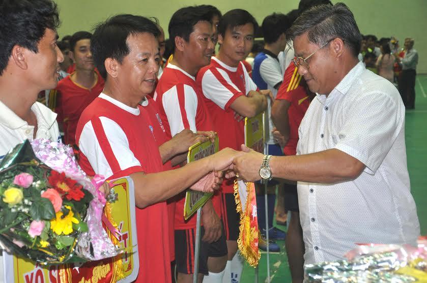Chủ tịch Liên đoàn Lao động tỉnh Đặng Văn Chương tặng cờ lưu niệm cho các đội bóng.