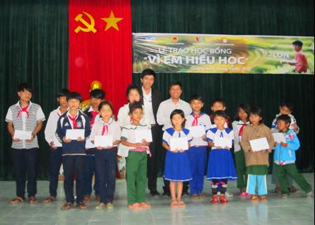 Trao học bổng cho học sinh miền núi Tây Giang. Ảnh: CTV