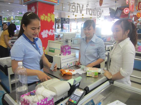 Siêu thị Co.opMart Tam Kỳ đặt máy cà thẻ của một số ngân hàng như DongAbank, Vietcombank. Ảnh: T.A
