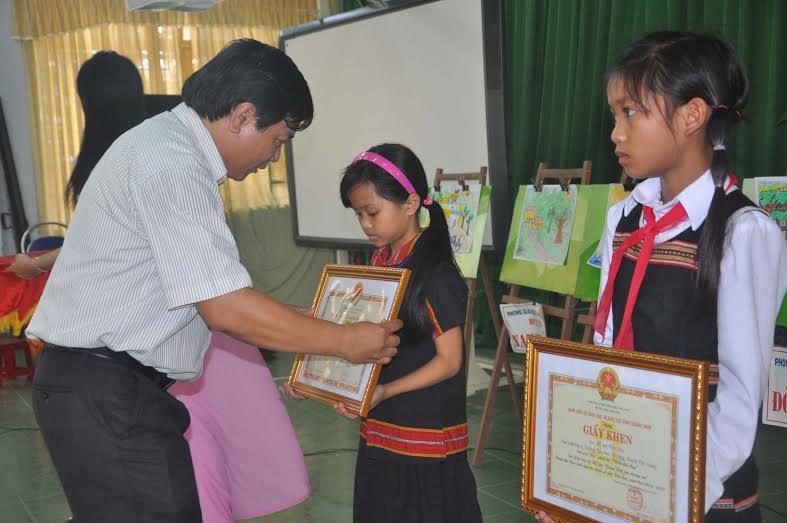Lãnh đạo Sở GD-ĐT trao giải nhất phần thi năng khiếu cho các em học sinh đoạt giải