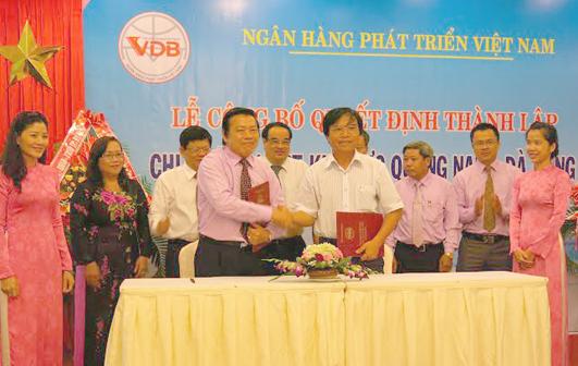 Ảnh: NHPT 2: Chi nhánh NHPT khu vực Quảng Nam- Đà Nẵng ký kết hợp đồng tín dụng cho vay vốn chương trình kiên cố hóa kênh mương Quảng Nam do Giám đốc Sở Tài chính Quảng Nam Phan Văn Chín đại diện