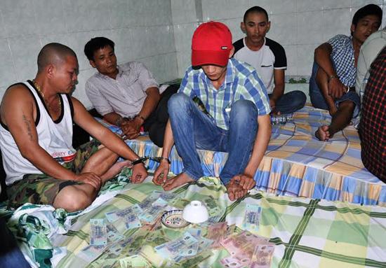 Các đối tượng đánh bạc bị bắt giữ tại phòng số 8, nhà nghỉ 555 sáng 11.5.