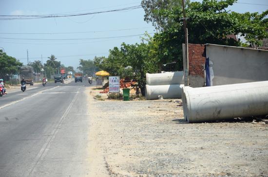 Dự án mở rộng quốc lộ 1 đoạn qua xã Bình Nguyên, Thăng Bình phải dừng thi công vì người dân cản trở (Ảnh chụp ngày 12.5). Ảnh: HỮU PHÚC