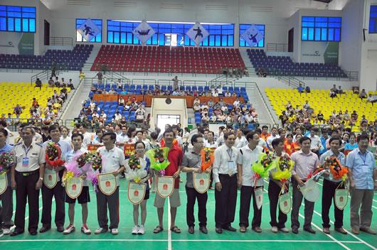 BTC tặng hoa, cờ lưu niệm cho các đơn vị tham gia hội thao.