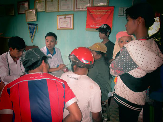 Cấp phát thuốc cho nhân dân tại xã Trà Vân, Nam Trà My.
