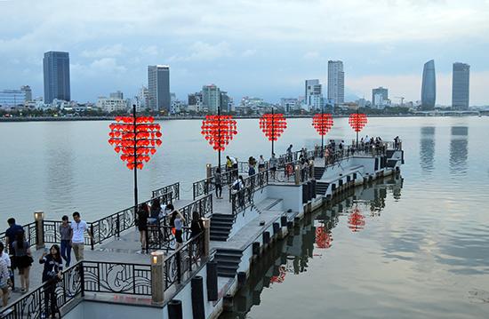 Cầu khóa tình yêu tại Đà Nẵng.Ảnh: KHÁNH LINH