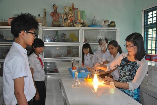 Một tiết dạy thí nghiệm thực hành môn Hóa ở Trường THCS Nguyễn Huệ. Ảnh ĐIỆN NGỌC