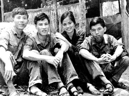 Nhà văn Nguyễn Bảo (ngoài cùng bên phải) và các bạn văn ở chiến trường Quảng Đà: Vũ Thị Hồng, Lê Tấn Cứ, Nguyễn Bá Thâm. Ảnh tư liệu của Nguyễn Bá Thâm