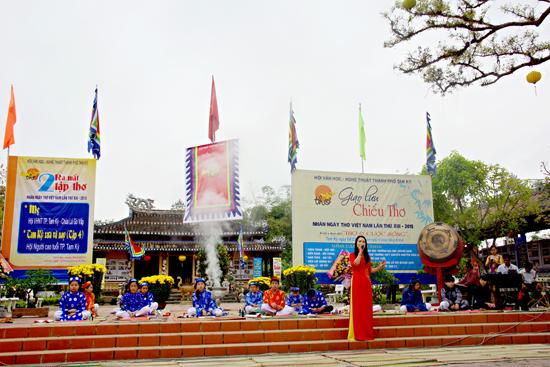Giao lưu chiếu thơ nhân ngày thơ Việt Nam lần thứ XIII - 2015 tại Văn thánh Khổng miếu (Tam Kỳ).Ảnh: PHƯƠNG THẢO