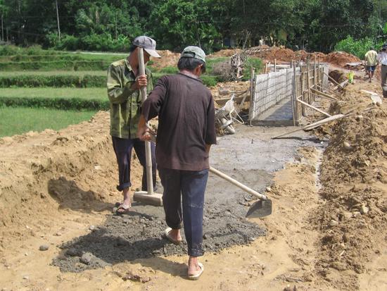 Nông dân huyện Tiên Phước làm kênh mương nội đồng dẫn nước tưới làm vụ hè thu. Ảnh: PHẠM HOÀNG
