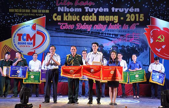 Ban tổ chức trao giải nhất cho 3 đơn vị.