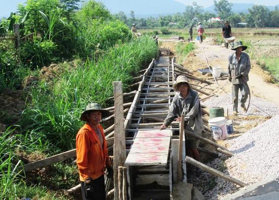 Nhiều địa phương ở Duy Xuyên tập trung bê tông hóa kênh mương để phục vụ sản xuất hè thu 2015. Ảnh: HOÀI NHI