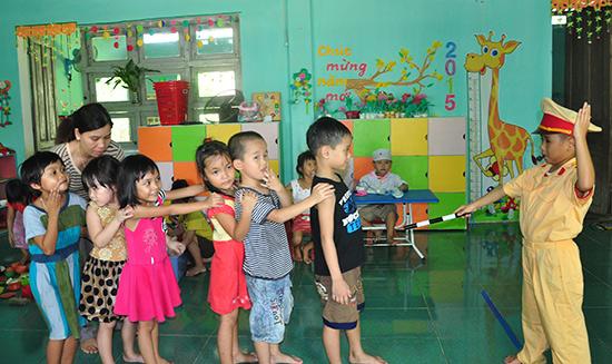 """Giờ học kỹ năng """"chơi mà học, học mà chơi"""" của học sinh Trường Mẫu giáo Sơn Ca."""