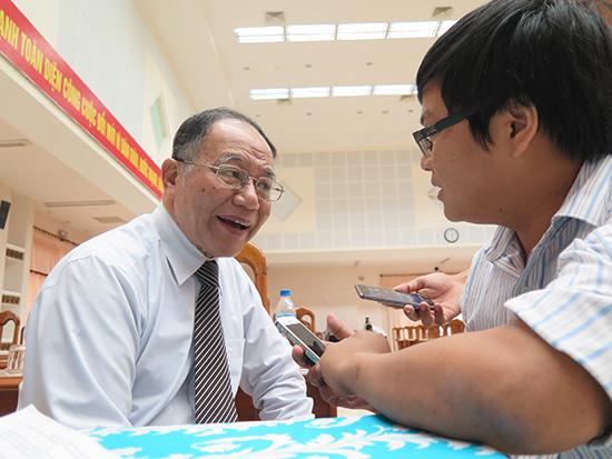 GS-TS. Hoàng Chí Bảo trả lời phỏng vấn phóng viên Báo Quảng Nam.Ảnh: MINH HẢI