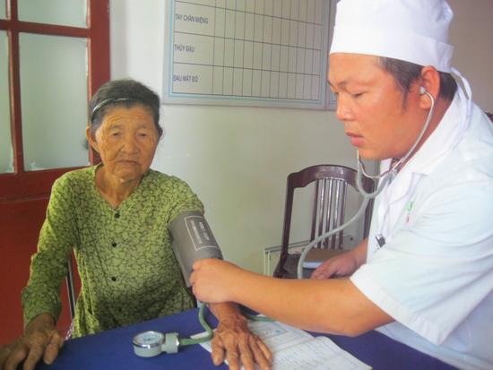 Đều đặn 2 ngày/ tuần, bác sĩ Trần Thanh Tường đến Trạm Y tế xã Tam An để khám bệnh cho dân.                     Ảnh: VĂN HÀO