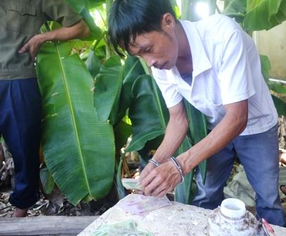 Đối tượng Huỳnh Văn P. giao nộp tang vật cho lực lượng chức năng