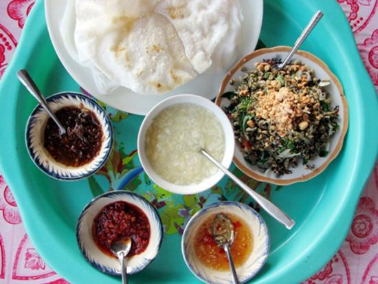 Hàng quán ở Cẩm Nam thường có các món ăn dân dã như chè bắp, bánh đập, hến trộn...
