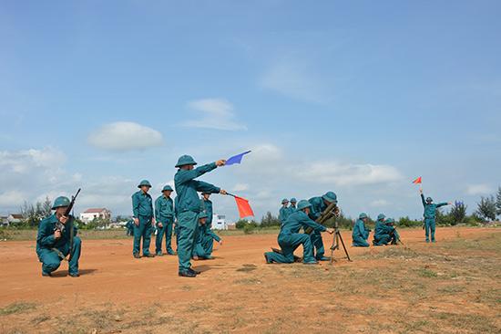 Lực lượng dân quân binh chủng huyện Núi Thành huấn luyện trên thao trường. Ảnh: T.A