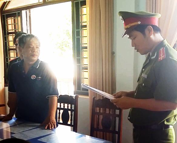 Công an Quảng Nam đọc lệnh bắt giam 4 tháng đối với ông Đào Văn Linh.