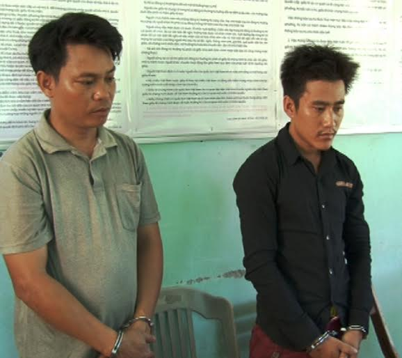 Giáo viên Lê Đình Vân (bên trái) cùng Nguyễn Văn Lành tại Công an Duy Xuyên.