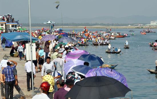 Đông đảo người dân dự xem đua thuyền tại cảng cá An Hòa.Ảnh: ANH SẮC
