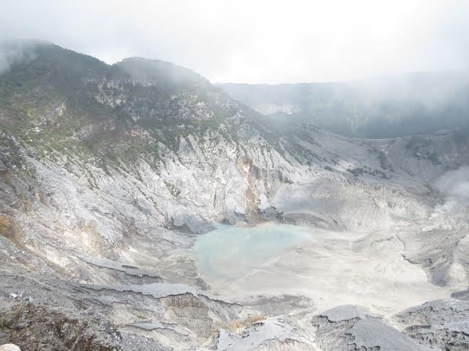 Núi lửa Tangkuban Perahu vẫn còn dung nham đang bốc lên.