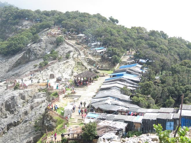 Các hàng quán chạy dọc theo cung đường lên núi lửa Tangkuban Perahu.
