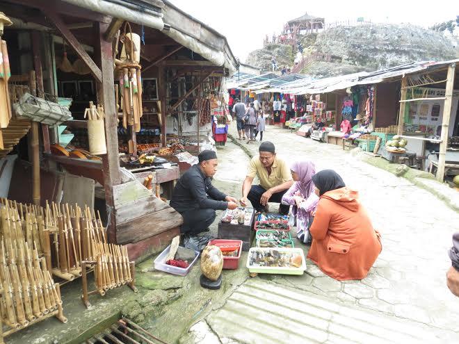 Hàng quán tập trung thành một khu chợ du lịch ngay tại khu vực núi lửa Tankuban Perahu