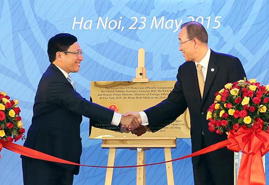 Deputy PM, FM Pham Binh Minh and UN Secretary General Ban Ki-moon cut the ribbon to inaugurate the Green One UN House in Viet Nam.