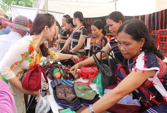 Với sự độc đáo, đa dạng, sản phẩm dệt Za Ra luôn thu hút du khách.  Ảnh: ALĂNG NGƯỚC