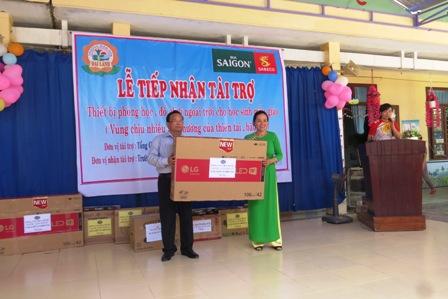 Ông Nguyễn Đăng Lâm - Giám đốc điều hành Quỹ trao tặng thiết bị cho nhà trường. Hoàng Liên