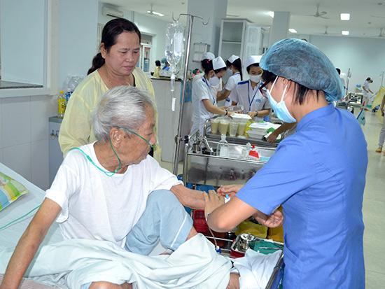 Điều dưỡng đóng vai trò quan trọng trong chăm sóc người bệnh.Ảnh: D.T.V
