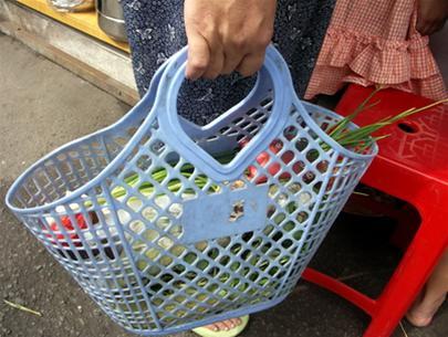 Ký ức tuổi thơ đầy ắp từ chiếc giỏ đi chợ của mẹ. Ảnh: Internt.