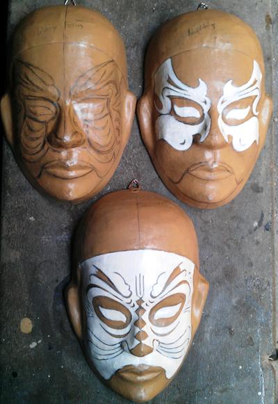 Thiếu nhi và du khách sẽ trải nghiệm vẽ mặt nạ tuồng từ những khuôn mẫu này.