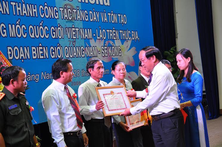 Chủ tịch UBND tỉnh Đinh Văn Thu tặng bằng khen cho đơn vị tỉnh Sê Kông.