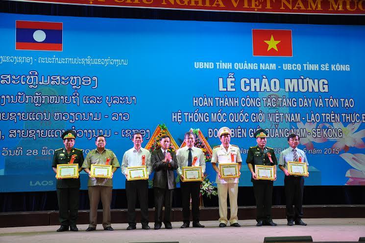 Đại tá Sổm - say - Phụ - lạ - khăm - mạ ni - Giám đốc Sở An ninh tỉnh Sê Kông tặng bằng khen cho các đơn vị Quảng Nam.
