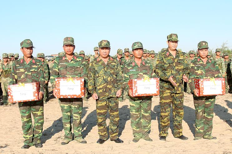 Tặng thưởng cho các đơn vị đạt thành tích xuất sắc trong diễn tập.