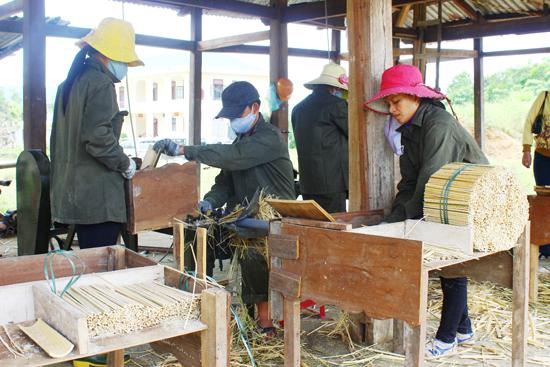 Xưởng đũa đã giải quyết việc làm cho lao động địa phương.                            Ảnh: N.Minh