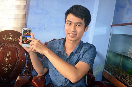 Lê Quốc Tiến với phần mềm Hoi AnLocal Guidebook.