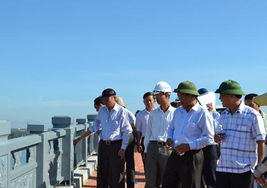 Chủ tịch UBND tỉnh Đinh Văn Thu không hài lòng với bề mặt lan can bị rỗ.