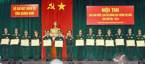 Khen thưởng các thí sinh có thành tích cao tại hội thi.Ảnh: Tuấn Anh