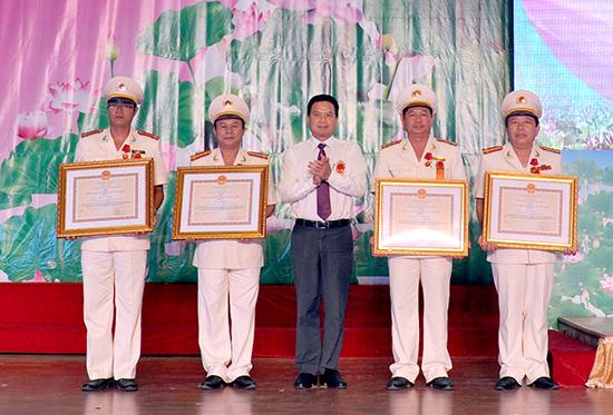 Thừa ủy nhiệm Chủ tịch nước, Phó Chủ tịch UBND tỉnh Lê Văn Thanh trao Huân chương Bảo vệ an ninh Tổ quốc cho các cá nhân.Ảnh: XUÂN NGHĨA