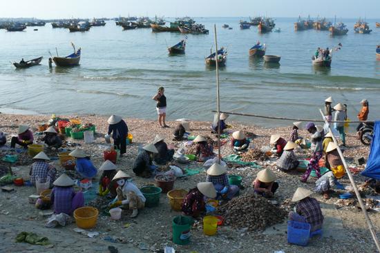 Khu chợ tạm ngay làng chài mỗi sáng luôn tấp nập ngư dân.