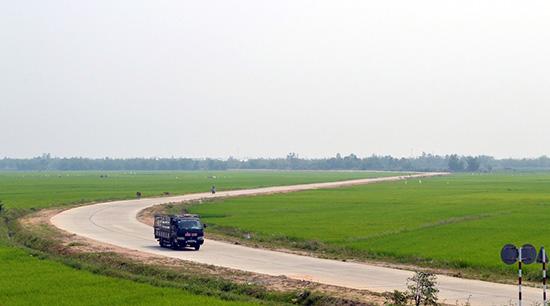 Nhiều tuyến giao thông nông thôn ở Điện Bàn được hoàn thành có sự đóng góp của công tác dân vận. Ảnh: V.LỘC